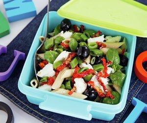 Oppskriftsbilde av pastasalat servert i matboks.
