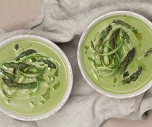 Suppe av grønn asparges