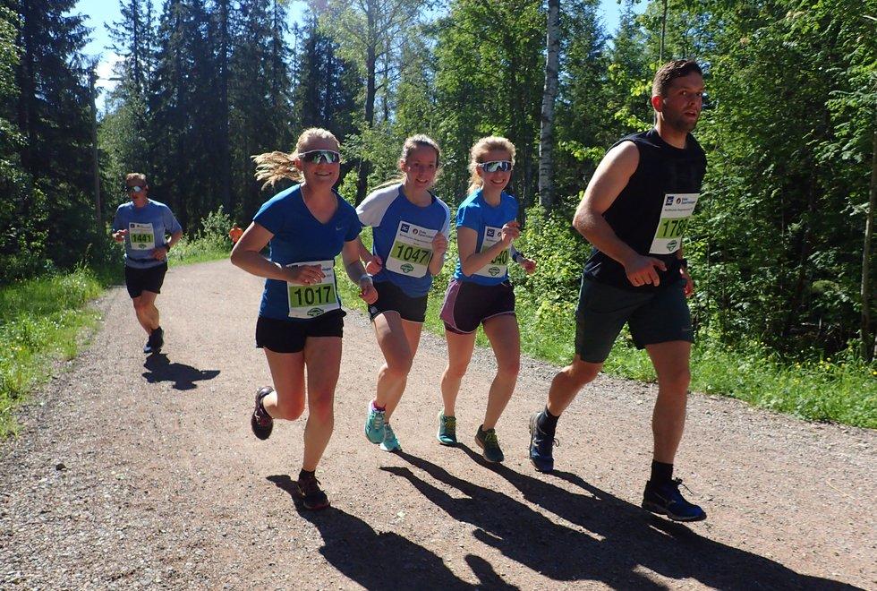 F.v. bak: Arne Didrik Høiseth, Kristine Hansen, Anne Cecilie Grindstad, Elisabeth Grindstad og Petter Vilhelm Sivertsen i Nordmarka Skogsmaraton 2019