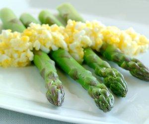 Oppskriftsbilde av asparges med eggehakk servert på hvitt fat