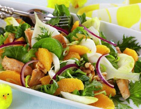Oppskriftsbilde av appelsin- og kyllingsalat servert på hvitt fat.
