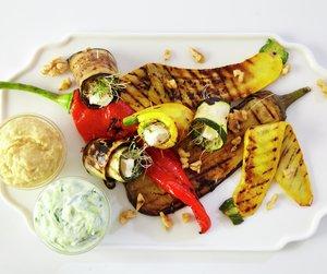 Grillede grønnsaker på hvit asjett