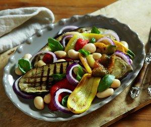 Oppskriftsbilde av skiver med bakte grønnsaker og bønner servert på fat.