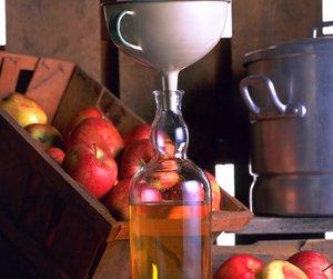 Eplesafter og kasse med epler
