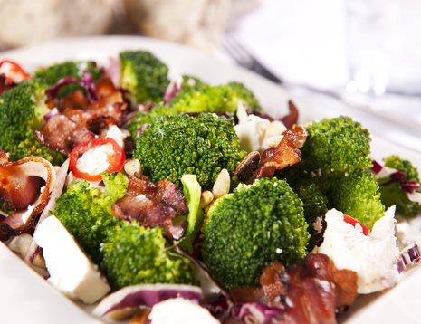Nærbilde av brokkolisalat med fetaost og bacon