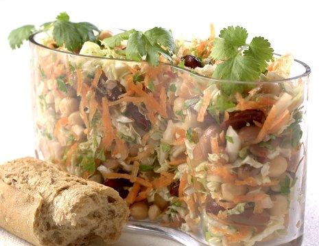 Oppskriftsbilde av kinakål- og bønnesalat servert i glassbolle.