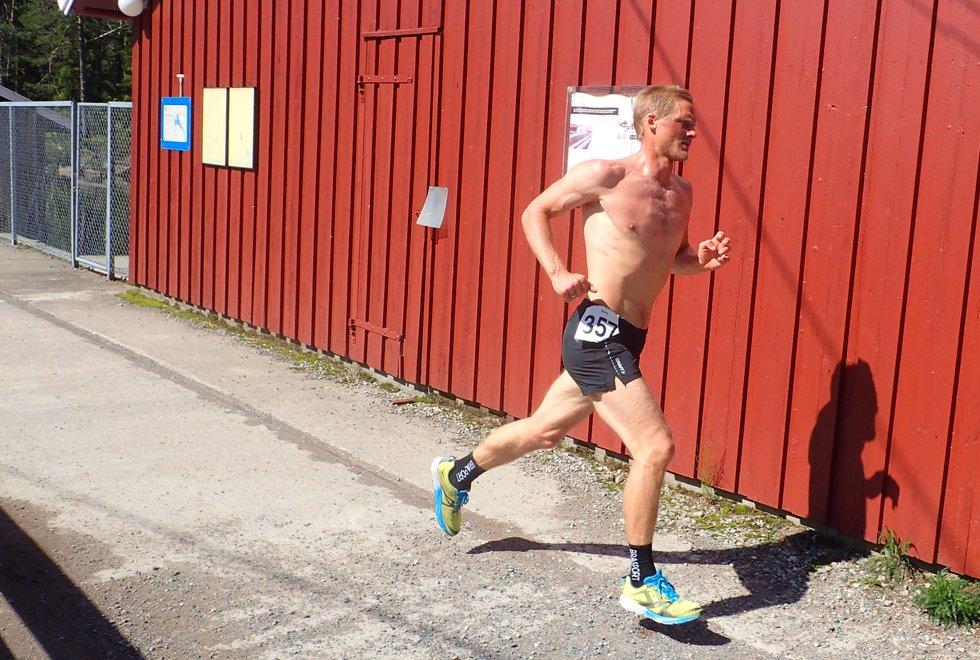 Sven Axel Kilander lå på andreplass ved Skjersjødammen, men endte opp på en fjerdeplass i mål i Nordmarka Skogsmaraton 2019