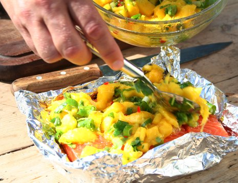 Laks med mangosalsa i folie