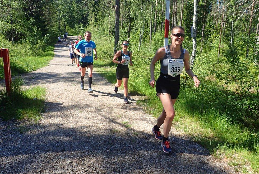 Kristin Mørkedal (foran) i Nordmarka Skogsmaraton 2019