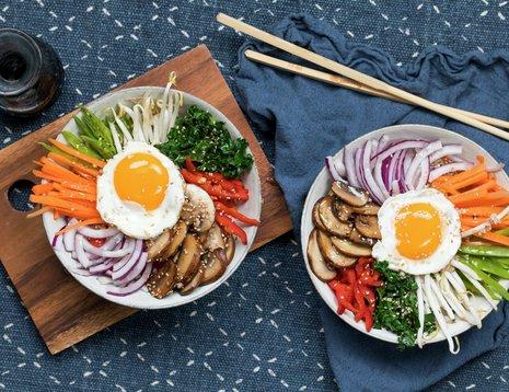 Bibimbap med grønnsaker og egg - med spisepinner