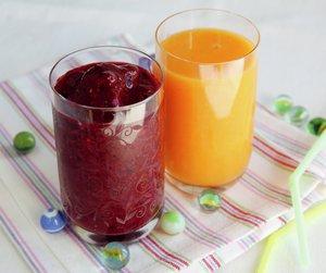 Et glass mørk rød og et glass gul smoothie
