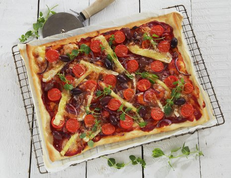 Pizza med tomat og brie