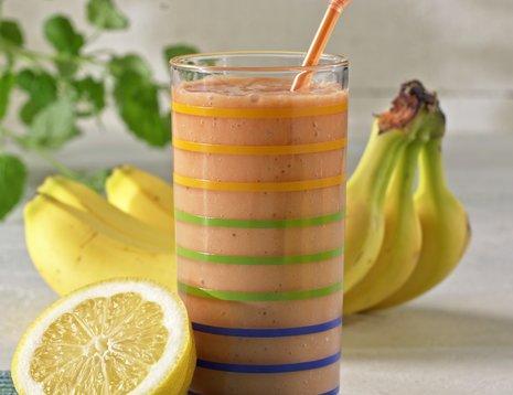 Et glass smoothie med banan og sitron