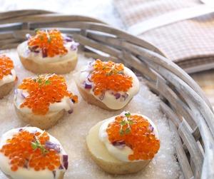Nypoteter og kaviar er to delikate råvarer som passer sammen. Herlig liten rett eller forrett.