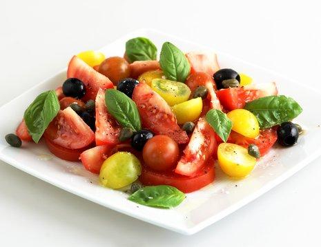 Oppskriftsbilde av tomatsalat servert på firkantet, hvitt fat.