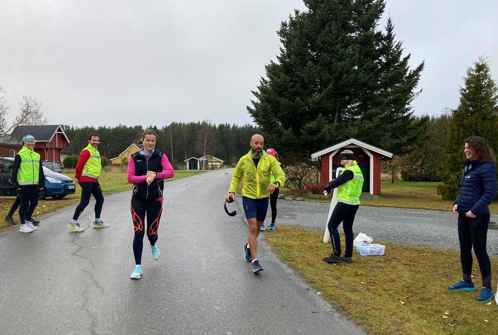 Starten på Kondisløpet. F.v: Kate Ambro, Finn Larsen, Annette Velde Sande, Erlend B. Jensen, Merete Støverud Stokke og Marianne RøhmeKondistreninga Årnes arrangerte Kondisløpet 31. oktober 2020