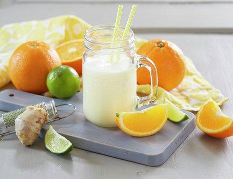 Et glass med appelsinsmoothie med sugerør