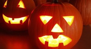 Miljøbilde av gresskarlykter til Halloween