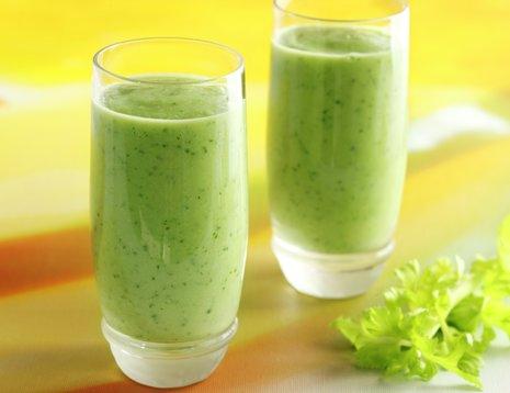 To glass med grønn smoothie