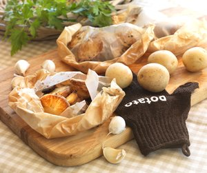 Poteter i papir på trefjøl