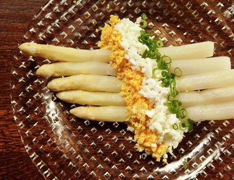 Hvit asparges med eggehakk på hvit tallerken