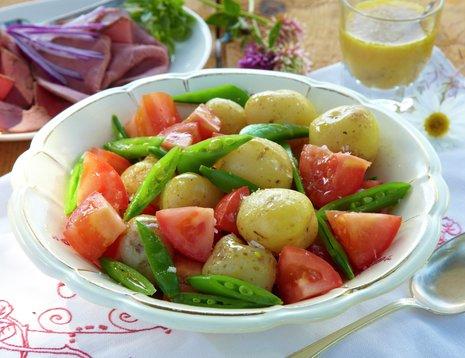 Potetsalat med plommetomater og sukkererter.