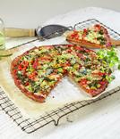 Pizza som er bakt med bunn laget av blomkål