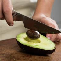 Hvordan fjerne steinen i avokado