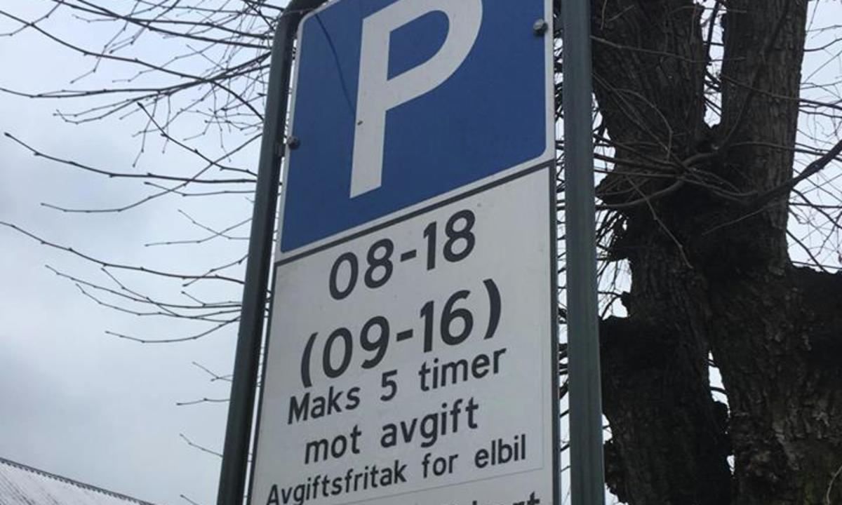 Få landsoversikt over gratis elbilparkering