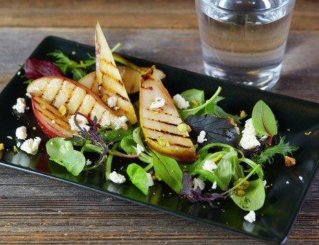 Salat med stekte pærer og fetaost