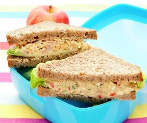 Oppskriftsbilde av sandwicher med påleggssalater servert i en matboks.