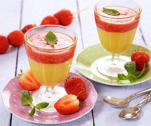 To glass med hvit sjokolademousse med jordbær