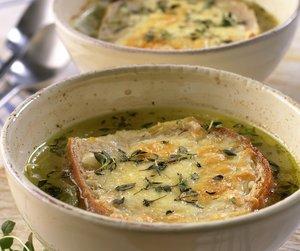 To skåler med løksuppe