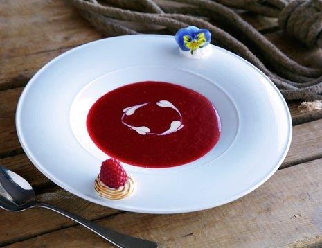 Oppskriftebilde av bringebærsuppe servert i hvit skål.