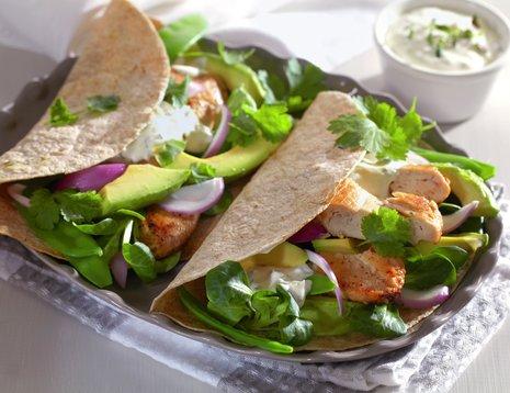 Wrap med avokado, basilikum og kylling