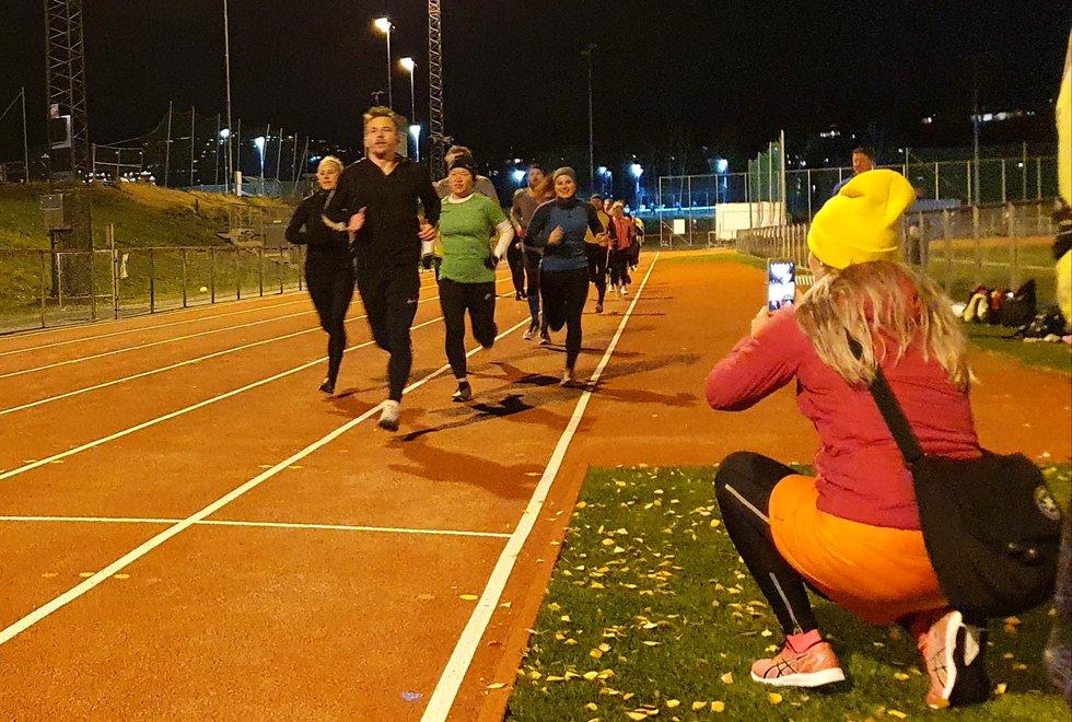 Første runde av 5000-meteren: Stian Wikdahl løp i front som fartsholder for Sol Hagen (i grønn trøye) som ønsket å perse på distansen. I blå genser ved lista er Camilla-Marie Flaaten som henger seg på i godt driv.  Kristin Waaktar Opland i svart til venstre, løp etterhvert fra alt og alle. Kristin løp også 3000 m.  (Foto: Eva Holøyen)