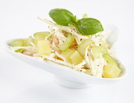 Oppskriftsbilde av coleslaw med ananas servert i hvit skål.