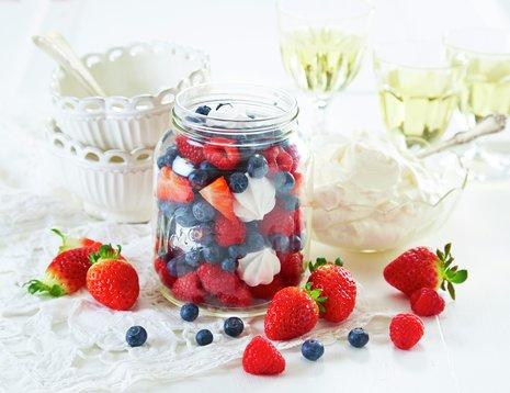 Røde og blå bær og hvite marshmellows i Norgesglass. Rødt, hvitt og blått
