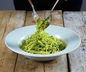 Pesto av grønnkål på spaghetti  i hvit bolle