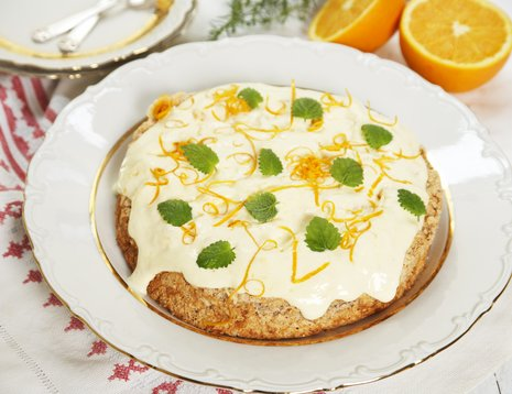 Kake med mandelbunn og appelsinkrem