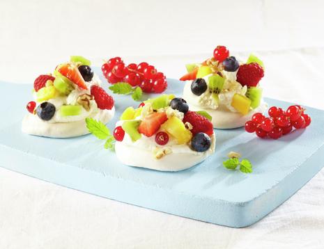 Mini pavlova med jordbær, blåbær, bringebær og rips