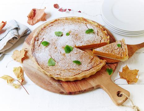 Pai laget av gresskar med melisdryss