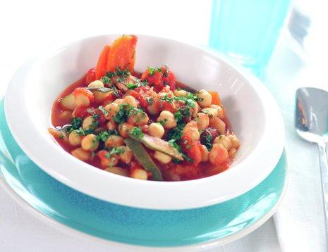 Kikertgryte med tomat på blå asjett