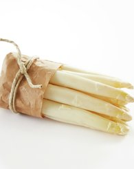 Bunt med hvit asparges med gråpapir og hyssing