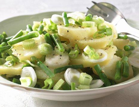 Oppskriftsbilde av potetsalat med grønne bønner servert i hvit, dyp tallerken.