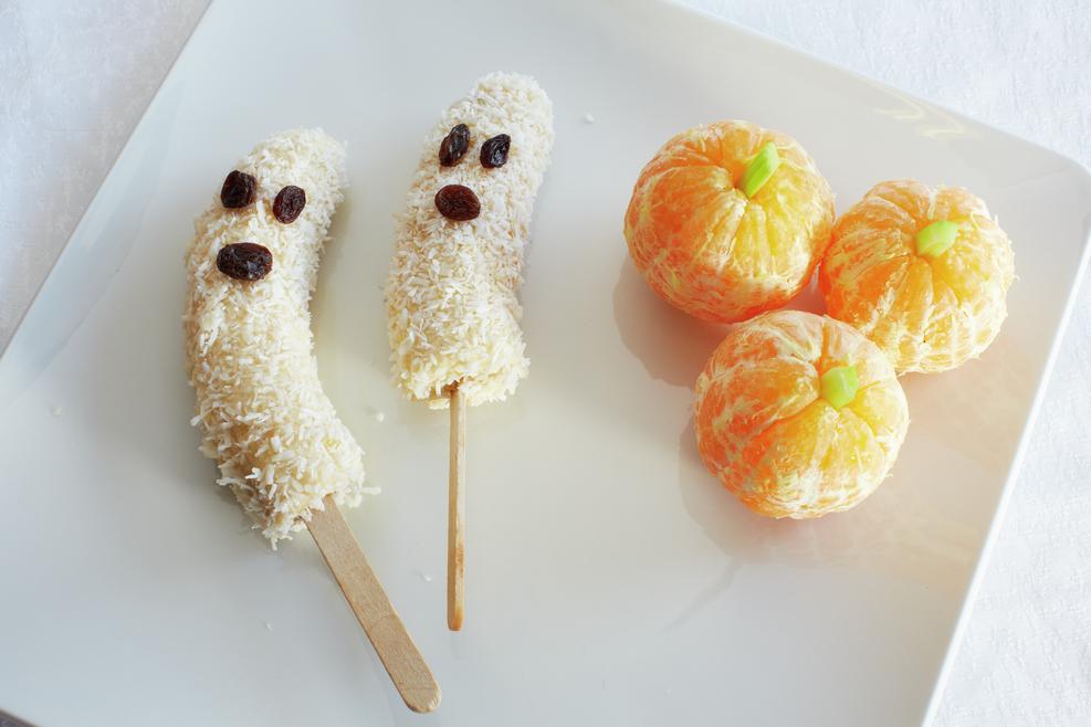 Banan-ispinner med honning og kokosmasse, og skrelte klementiner med små biter stangselleri.