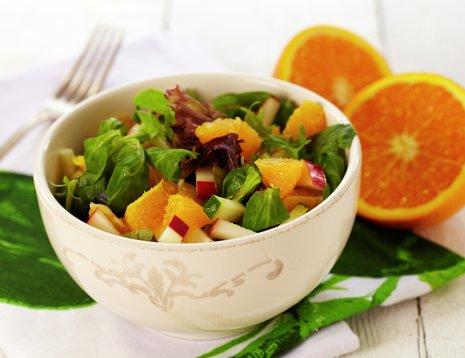 Oppskriftsbilde av salat med appelsin, squash og eple servert i en hvit bolle.