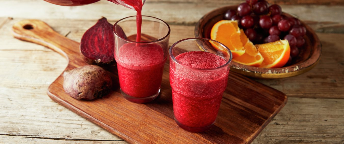 Rødbet - og appelsinsmoothie i to glass