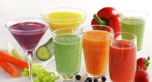 Ulike glass med smoothie i ulike farger