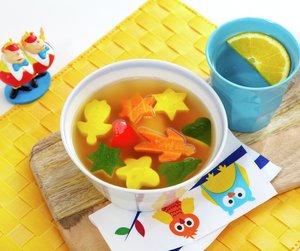 Klar grønnsaksuppe med grønnsakfigurer